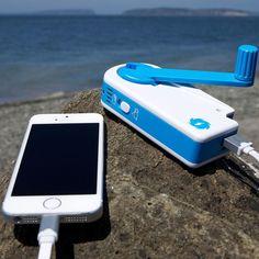 Dispositivo que recarrega a bateria do seu celular usando a energia mecânica do seu braço.