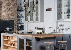 40+ Видов настенных часов на кухню: счастливые минуты и часы в уютном доме http://happymodern.ru/chasy-v-kuxne-40-foto-idej/ Индустриальный шик и часы, поблескивающие корпусом цвета меди