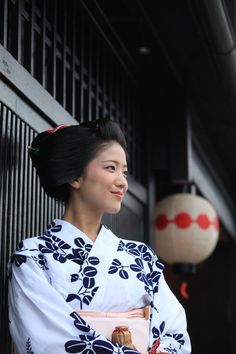 Katsuna - always happy maiko of Kamishichiken district in Kyoto Japanese Film, Japanese Geisha, Japanese Beauty, Japanese Kimono, Geisha Japan, Japanese Colors, Turning Japanese, Traditional Fashion, Japanese Outfits