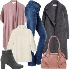 Outfit casual composto da jeans, maglione a collo alto e smanicato rosa polvere. Completano il look il cappotto con bavero, gli stivaletti dal tacco basso e la borsa con manici.