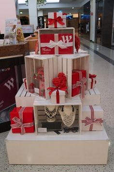 32 awesome diy christmas retail holiday displays on a budget Christmas Shop Displays, Gift Shop Displays, Christmas Booth, Craft Fair Displays, Christmas Store, Christmas Diy, Display Ideas, Christmas Window Display Retail, Xmas