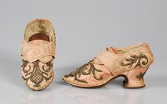 Pair of ladies buckle shoes, Great Britain, 1710-1749. Faded pink silk with floral metallic thread embroidery; pointed toe.