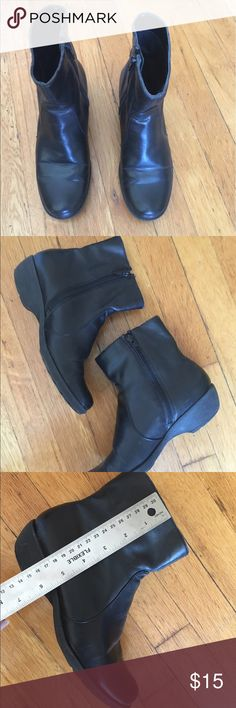 """Aerosoles Super Comfy Booties These are really soft Booties for everyday use. In good preloved condition. Easy to wear with full side zips. Clean inside and out. 5"""" shaft and 1"""" heel. All rubber soles. Love these Booties but I don't get to wear them enough. Aerosole shoes are known for their comfort and this one definitely proves that! ✨Buy any 2 $15 or less items for $25 & save on shipping✨ AEROSOLES Shoes Ankle Boots & Booties"""