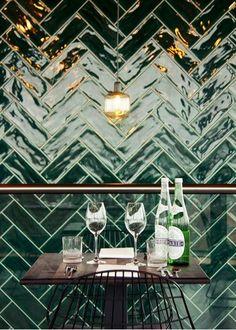 Groene tegels in badkamer of keuken. Mooi!