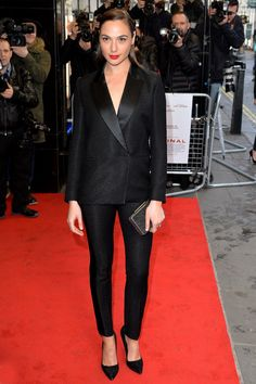 Gal Gadot Teams With Kevin Costner To Premiere 'Criminal' In London - Watch Trailer!: Photo Gal Gadot rocks a sleek blazer as she hits the red carpet at the premiere of her latest film Criminal held at The Curzon Mayfair on Thursday (April in London,… Victoria Beckham, Celebrity Dresses, Celebrity Style, Gal Gabot, Strapless Bodysuit, Moda Formal, Gal Gadot Wonder Woman, Look Blazer, W Magazine