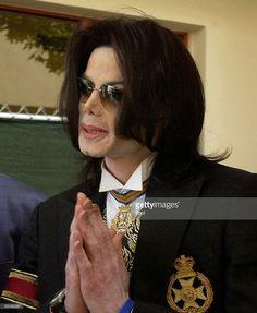 Michael Jacksongestures as he leaves Santa Barbara county courthouse March 29, 2005 in Santa Maria, California