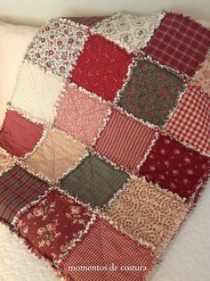 Inspirational methods that we really enjoy! Colchas Country, Country Quilts, Crochet Projects, Sewing Projects, Chenille Quilt, Rag Quilt Patterns, Primitive Quilts, Crazy Patchwork, Easy Quilts