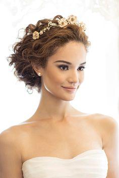 Penteado para noivas de cabelos cacheados - coque romântico com tiara vintage de flores - ( Beleza: Ronaldo Vietez | Foto: Larissa Felsen )