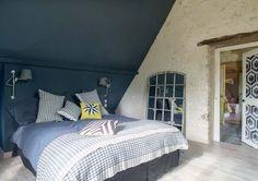 Dans la chambre parentale, l'ensemble du mur qui fait office de tête de lit en partie basse a été repeint en bleu pétrole - Plus de photos sur Côté Maison  http://petitlien.fr/79u0