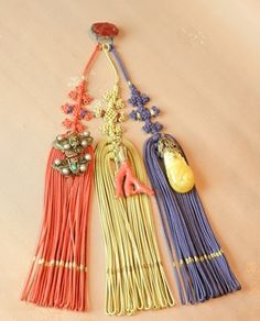 Norigae (Hanging Tassel) were accessories worn by women, usually tied to their skirts, or with the ribbon on their jeogori/bodice. Any sort of colorful accessories were a sign of wealth. Korean Hanbok, Korean Dress, Korean Outfits, Korean Traditional Dress, Traditional Dresses, Korean Accessories, Silk Ribbon Embroidery, Asian Style, Fashion Stylist