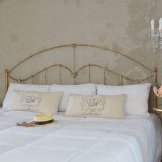 Cabeceira King modelo Flor de Lis em pátina ouro velho, delicadamente luxuosa.