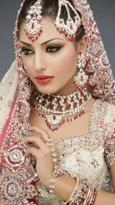 Silber Halskette Medaillon Source by Indian Bridal Makeup, Indian Wedding Jewelry, Indian Jewelry, Wedding Makeup, Bridal Eye Makeup, Pakistani Dresses, Indian Dresses, Indian Outfits, Indian Clothes