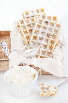 Eine hervorragende Waffel-Variante mit Schokoladenstücken und karamellisierten Walnüssen. Dazu etwas Amaretto. Einfach & schnell.