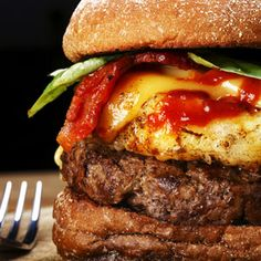 Fantastic burger pattie recipes and amazingly delicious toppings. Bbq Burger, Burger Restaurant, Cowboy Burger, Hamburgers, Braai Recipes, Burger Recipes, Fish Recipes, South African Recipes, Ethnic Recipes