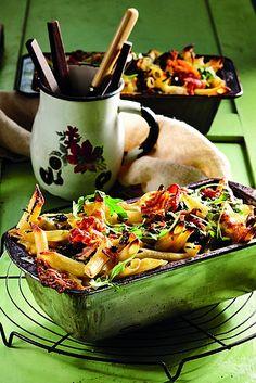 Die heerlike en romerige pastagebak sal almal vir nog 'n skeppie laat vra. Penne Pasta, Ethnic Recipes, Foodies, Pizza, Al Dente