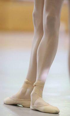 Un pie rodado y el otro no. Pantorrillas hechadas hacia atrás, no hay alineación. (Ojo fastidioso de maestra de ballet.)