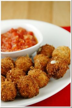 Try Fried Mozzarella Cheese Balls with Quick Tomato Sauce! You'll just need For the cheese balls:, 1 8 oz container of mozzarella balls, such as. Quick Tomato Sauce Recipe, Tomatoe Sauce, Tapas, Sauce Recipes, Cooking Recipes, Cheese Fries, Fried Cheese, Cheese Curds, Cheese Ball