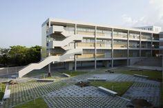 Para o projeto de escola, executado em 2011 em Tampico, México,  decidiu-se criar uma série de mundos e ambientes que aparecem por toda a obra, uma grande variedade de espaços de participação e privacidade...