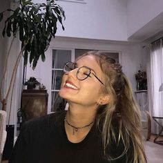 〘Seldsum〙 pinterest: seldsum Cute Glasses, Girls With Glasses, Circle Glasses, Girl Photo Poses, Girl Photos, Tmblr Girl, Foto Top, Cute Selfie Ideas, Selfie Poses