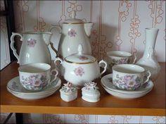 Kaffeeservice Wien (vermutlich laut Bodenmarke II. Qualität, es sind aber keine Fehler zu sehen), Porzellan bemalt mit Teerosen und Goldrand Verzierung, stammt aus ca. 1950, eventuell auch früher. Nicht für Spülmaschinen geeignet.  1 Kaffeekanne mit Deckel, 1 Milchkanne, 1 Zuckerdose mit Deckel, 3 Tassen, 6 Teller.  Gratis dazu gibt es eine kleine weiße Vase und zwei kleine Dosen – nicht aus dieser Serie, passt aber sehr gut zusammen. € 30,--