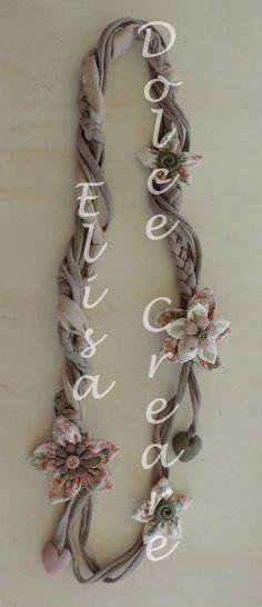 """Collana in fettuccia con fiori di stoffa e """"pietre preziose"""" in pasta di mais"""