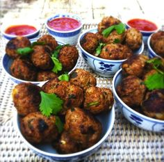 Thai-meatballs-with-sweet-spicy-dipping-sauce. Tapas, I Love Food, Good Food, Yummy Food, Asian Recipes, Healthy Recipes, Sweet And Spicy Sauce, Asian Kitchen, Snacks Für Party