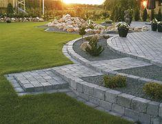 Inspiration – Murar - All About Landscaping A Slope, Landscaping With Rocks, Flower Landscape, Garden Landscape Design, Tiered Garden, Sloped Garden, Walled Garden, Green Lawn, Garden Paths