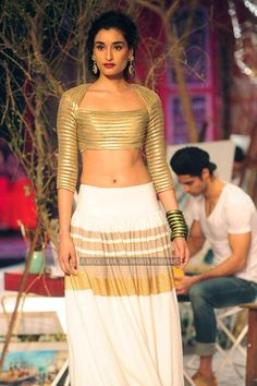 Kanishtha walks the ramp for Monisha Jaisingh on Day 3 of India Couture Week, held at Taj Palace hotel, New Delhi. Saree Jacket Designs, Choli Designs, Bridal Blouse Designs, Indian Attire, Indian Ethnic Wear, Indian Outfits, Indian Bridal Lehenga, Indian Bridal Wear, Saree Jackets