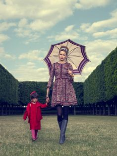 Manon porte une robe et une veste, Okaïdi. Des collants, Falke. Des ballerines, Repetto. Carolina porte une robe en tweed, Chanel. Un foulard, Emilio Pucci. Des bracelets, Chanel. Un sac Chanel. Des collants, Falke. Des bottes, Marni. Un parapluie vintage.
