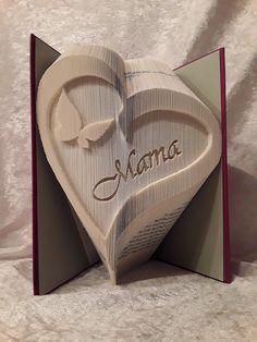 Dieses Buch in Form eines Herz mit dem Schmetterling und dem Namenszug Mama ist kein einfaches Geschenk. Es ist mit so viel Liebe gemacht, zum Muttertag oder Valentinstag die Überraschung.