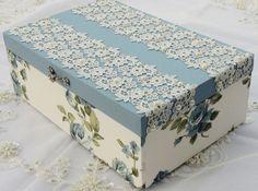 Caixa em MDF pintada com tinta PVA, revestida com tecido 100% algodão. Detalhes em renda importada e chatons pérola. R$ 70,00