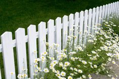 Enthralling Garden fence trellis,Privacy fence netting and Wooden fence design ideas. White Garden Fence, Metal Garden Fencing, White Picket Fence, White Fence, Garden Fences, Picket Fences, Picket Fence Garden, Front Yard Fence, Diy Fence