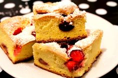 Simple and easy strawberry cake. Köstliche Desserts, Best Dessert Recipes, Delicious Desserts, Yummy Food, Romanian Desserts, Strawberry Cakes, How Sweet Eats, Tortellini, Cupcake Cakes