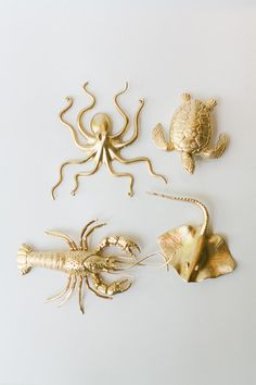 DIY Beach wedding escort cards ♥ Learn how to make these adorable beach Wedding Escort Cards from plastic sea animals in minutes using gold spray paint and bakers twine! ♥ http://www.confettidaydreams.com/diy-beach-wedding-escort-cards/