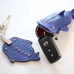 今日は芸術の森へ スイスデザインを見に行ってきます。10時に待ち合わせ。 #芸術の森 #ロイヤルブルー #スマートケース #キーケース #シザーケース #シザー #ジンベイ #美容師 #スタイリスト #プロフェッショナル #革 #革小物 #レザー #ido #japan #sapporo #leathergoods #leather #leathercraft #handmade #handstitch #ordermade #leatherworks #keycase