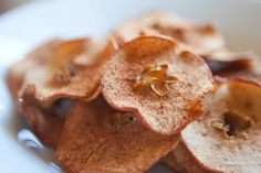 Have you ever sat down and eaten a whole bag of chips? Well, lets just say that you put these homemade Apple Chips in a bag and polish off the whole thing. Healthy Fruit Snacks, Healthy Vegan Desserts, Healthy Treats, Healthy Eating, Allergy Free Recipes, Snack Recipes, Paleo Recipes, Cinnamon Apple Chips, Sweet Recipes