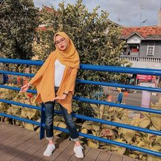 """Trend Hijab Style OOTD 2019 on Instagram: """"Inspiration Hijab Style Outfit of The Day (OOTD) 2019 Remaja Indonesia Positif, Kreatif & Ceria 😍😘😘😘😘 . . . Temukan Inspirasi Model hijabmu…"""" Modern Hijab Fashion, Hijab Fashion Inspiration, Trend Fashion, Muslim Fashion, Fashion 2020, Fashion Outfits, Casual Hijab Outfit, Hijab Chic, Casual Summer Outfits"""