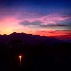 I colori del tramonto sono cosi belli da ammirarli con devozione. Buonanotte. #buonanotte #goodnight #italia #italy #tramonto #nature #sky #clouds #color #mountains #beautiful #photooftheday #photo #picoftheday #amazing #awesome #like4like #followforfollow #followback #follow4follow #followme #seguitemi
