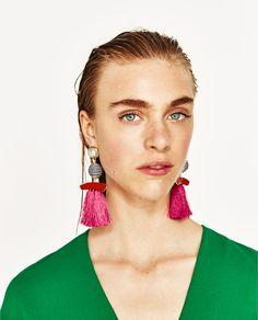 PENDIENTES PERLAS FLECOS    Pendientes largos con detalle de perlas y flecos a contraste.