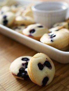 Pannukakku + muffinssi yhdistettynä on mieletön makuyhdistelmä ja kun siihen lisätään vielä kotimaisia mustikoita on täydellinen sunnuntain aamupalaherkku valmis toteutettavaksi. Ohje on helppo ja yksinkertainen - tarvitsen vain muffinipellin ja ainekset pannukakkumuffinssien leipomiseen. Parhaalta nämä herkut maistuvat tuoreina vaahterasiirapin kanssa.