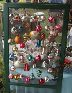 Vintage Show Off: Screen Door Displays great for earrings Christmas Booth, Noel Christmas, Vintage Christmas Ornaments, Retro Christmas, Christmas Baubles, Christmas Crafts, Christmas Decorations, Christmas Displays, Vintage Holiday