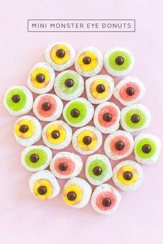 DIY Mini Monster Eyeball Donuts as a Halloween party dessert. Halloween Cocktails, Halloween Desserts, Holidays Halloween, Halloween Treats, Halloween Diy, Halloween Decorations, Desserts Diy, Happy Halloween, Halloween Movies