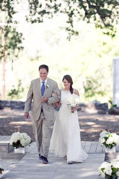 Natural, elegant outdoor ceremony with all white flowers and all white vases - Durham Ranch Wedding by Soulflower Design Studio   Photography: Kim and Niki, Photographers - kimandniki.com  Read More: http://www.stylemepretty.com/california-weddings/2014/04/01/rustic-chic-durham-ranch-wedding/