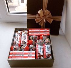 We definitely wouldn't turn down this gift box! Friend Birthday Gifts, Diy Birthday, Christmas Gifts For Kids, Christmas Diy, Diy Crafts To Do, Chocolate Bouquet, Candy Bouquet, Candy Gifts, Chocolate Gifts