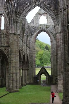 Tintern Abbey (Wales, England) So beautiful here! Places Around The World, Oh The Places You'll Go, Places To Travel, Places To Visit, Around The Worlds, Architecture Religieuse, England And Scotland, Kirchen, Abandoned Places