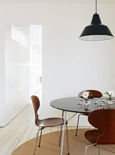 Arne Jacobsen chair The Ant, the original with three legs