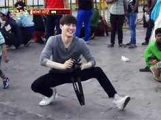 suho taking photos old asian grandpa style<<< he still looks hella fly