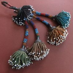 copy of turkoman beaded tassel Diy Tassel, Tassels, Embroidery Stitches, Hand Embroidery, Diy And Crafts, Arts And Crafts, Ethno Style, Passementerie, Glass Beads