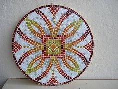 Base MDF, trabalho em mosaico com pastilhas de vidro. <br>Tamanho: 40cm diâmetro <br>Prazo para produção: 15 dias ÚTEIS