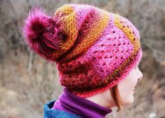 A beginner friendly boho granny square slouchy crochet hat pattern and its a free crochet pattern! Slouchy, casual & easy style with beautiful ombre color. Love Crochet, Double Crochet, Crochet Hooks, Crochet Beanie, Knitted Hats, Slouch Hats, Moss Stitch, Faux Fur Pom Pom, Crochet Patterns